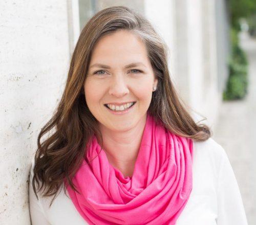 Anne Kathrin Frihs unterstützt in ihrer Praxis Zuversicht in Steglitz Frauen, ihre Schwierigkeiten zu meistern und wieder Lebensfreude zu gewinnen. Sie nutzt dafür ihre Energiearbeit EnIKiRA, in der sie die Frauen anleitet, - die Ursachen ihrer aktuellen Probleme aufzuspüren, diese ggf. generationsübergreifend zu klären, - verlorene Seelenanteile zu sich zurück zu holen, - ihr Inneres Kind zu trösten und so zu versorgen, dass es nachreifen und sich mit dem Erwachsenen-Ich verbinden kann, - wieder Zugang zu ihren Kraftquellen, zu ihrer Kreativität, Leichtigkeit und Lebensfreude zu finden. Weitere Informationen über die Arbeit von Anne Kathrin Frihs unter www.zuversicht.net
